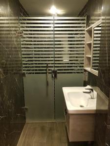 Um banheiro em النخبة للشقق المفروشة