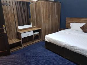 Cama ou camas em um quarto em النخبة للشقق المفروشة