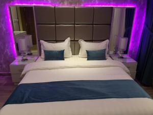Cama ou camas em um quarto em Makarem Hotel Apartments