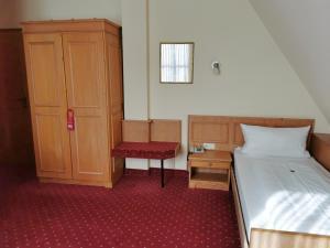 A bed or beds in a room at Landhotel Ölmühle