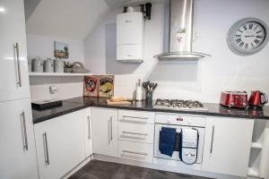 A kitchen or kitchenette at Newly renovated Old bakery House in Bath, 3 Bedroom, FREE Parking