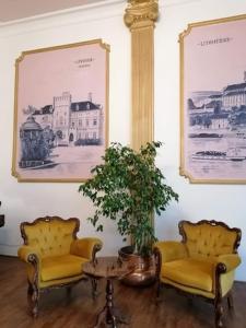 A seating area at Hotel Dejmalik