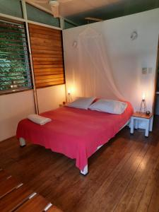 A bed or beds in a room at Rancho Capulin B&B