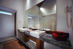 A bathroom at Aston Sunset Beach Resort - Gili Trawangan