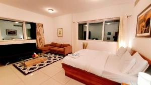 Letto o letti in una camera di Private rooms in 3 bedroom apartment SKYNEST Homes marina pinnacle