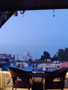 Un restaurante o sitio para comer en Joey's Hostel Agra