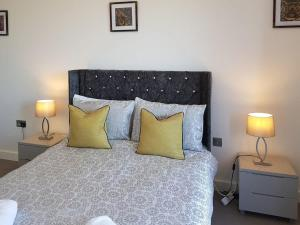 A bed or beds in a room at Red Rose Apartment