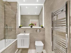 A bathroom at Red Rose Apartment
