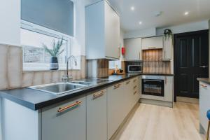 A kitchen or kitchenette at ENTIRE HOUSE WITH PARKING IN RUGBY