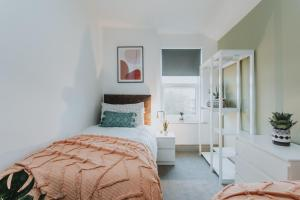 A bed or beds in a room at ENTIRE HOUSE WITH PARKING IN RUGBY