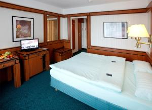 A bed or beds in a room at Hotel Amadeus Frankfurt