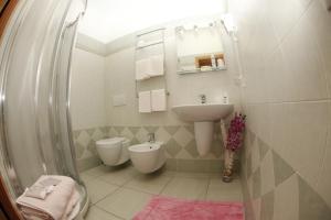 A bathroom at Hotel Lo Scirocco