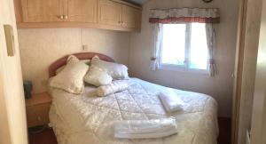 A bed or beds in a room at Diablos Luxury Shepherds huts