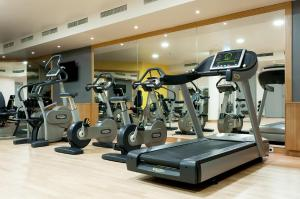 The fitness centre and/or fitness facilities at Radisson Blu Hotel Krakow