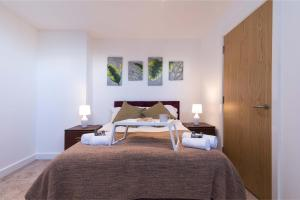 A bed or beds in a room at SUBLIME STAYS - Derby City Centre Apartments
