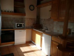 A kitchen or kitchenette at Appartement à Talloires