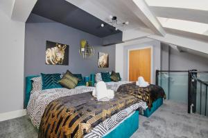 A bed or beds in a room at The Exquisite Gem of Yorkshire - Duplex - Penthouse - Netflix