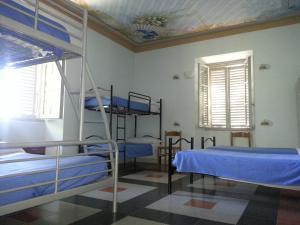 Letto o letti a castello in una camera di Ostello Villa Franceschini