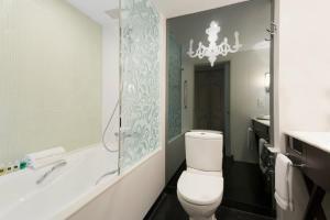 Un baño de The Luxe Manor
