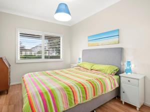 A bed or beds in a room at Gone to the Beach - 40 Coogee Ave, The Entrance No