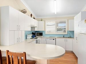 A kitchen or kitchenette at Gone to the Beach - 40 Coogee Ave, The Entrance No
