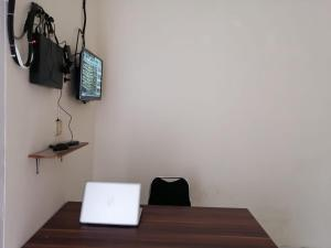 A television and/or entertainment centre at OYO 90285 Villa Artanti Cipanas