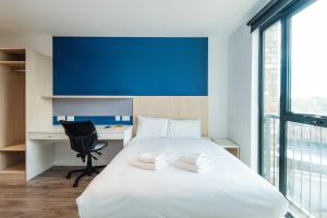 A bed or beds in a room at Amazing Studio - Great Area - Quick Links Central