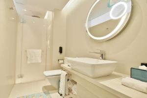 Un baño de Hotel Indigo Hong Kong Island, an IHG Hotel
