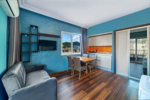 Een zitgedeelte bij Royalisa City Apart Hotel