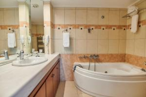 A bathroom at Nefeli Hotel