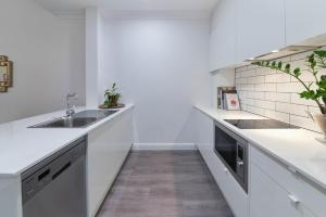 A kitchen or kitchenette at Mansions on Pulteney