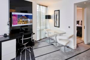 A television and/or entertainment centre at Crowne Plaza Manchester City Centre, an IHG Hotel