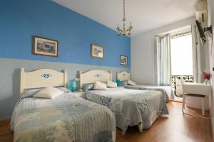 A bed or beds in a room at Hostal Valencia Madrid