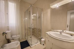 A bathroom at Hostal Valencia Madrid