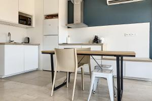 A kitchen or kitchenette at New apartment with a view