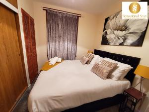 A bed or beds in a room at 2 Bedroom Apt , Sensational Stay Serviced Accommodation Aberdeen- Middlefield Place