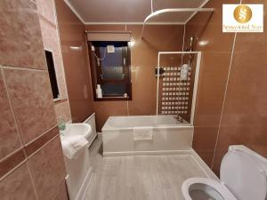 A bathroom at 2 Bedroom Apt , Sensational Stay Serviced Accommodation Aberdeen- Middlefield Place