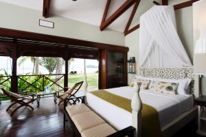 A bed or beds in a room at Paradise Sun Hotel Seychelles