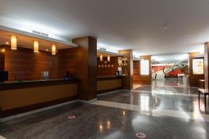 De lobby of receptie bij The Preluna Hotel