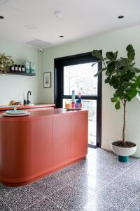 A kitchen or kitchenette at Hotel Unplugged
