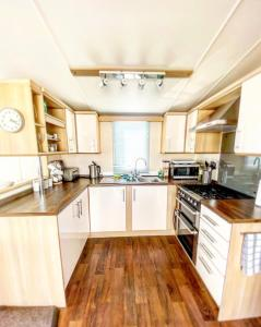 A kitchen or kitchenette at Quintessential British seaside property in Norfolk