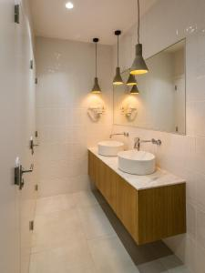 A bathroom at Gallery Hostel