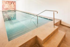 Der Swimmingpool an oder in der Nähe von Hotel Jagdhof