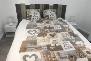 Un ou plusieurs lits dans un hébergement de l'établissement Gîte du beaujolais