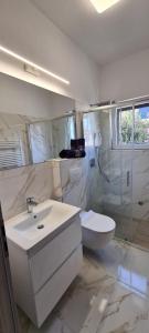 A bathroom at 2 Bedrooms Apartment Margarita 4+2
