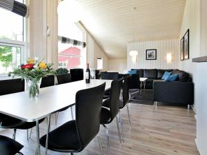 A restaurant or other place to eat at Three-Bedroom Holiday home in Großenbrode 8