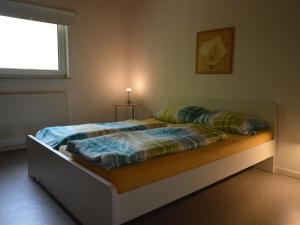 Ein Bett oder Betten in einem Zimmer der Unterkunft Cozy Holiday Home in Bad Ems with Sauna