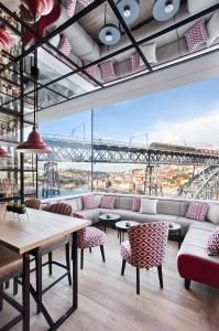 A restaurant or other place to eat at Vincci Ponte de Ferro