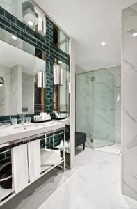 A bathroom at Vincci Ponte de Ferro