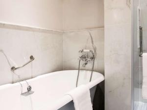 Ein Badezimmer in der Unterkunft Raffles Hotel Le Royal